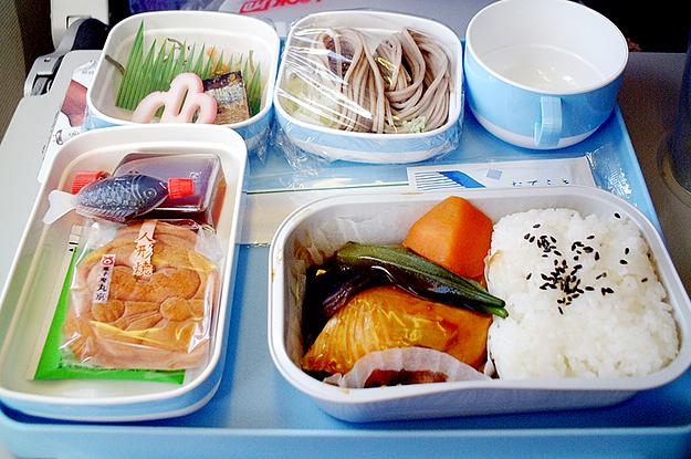 Prawda o jedzeniu w samolocie  – jak przygotowywane są posiłki spożywane na pokładzie?