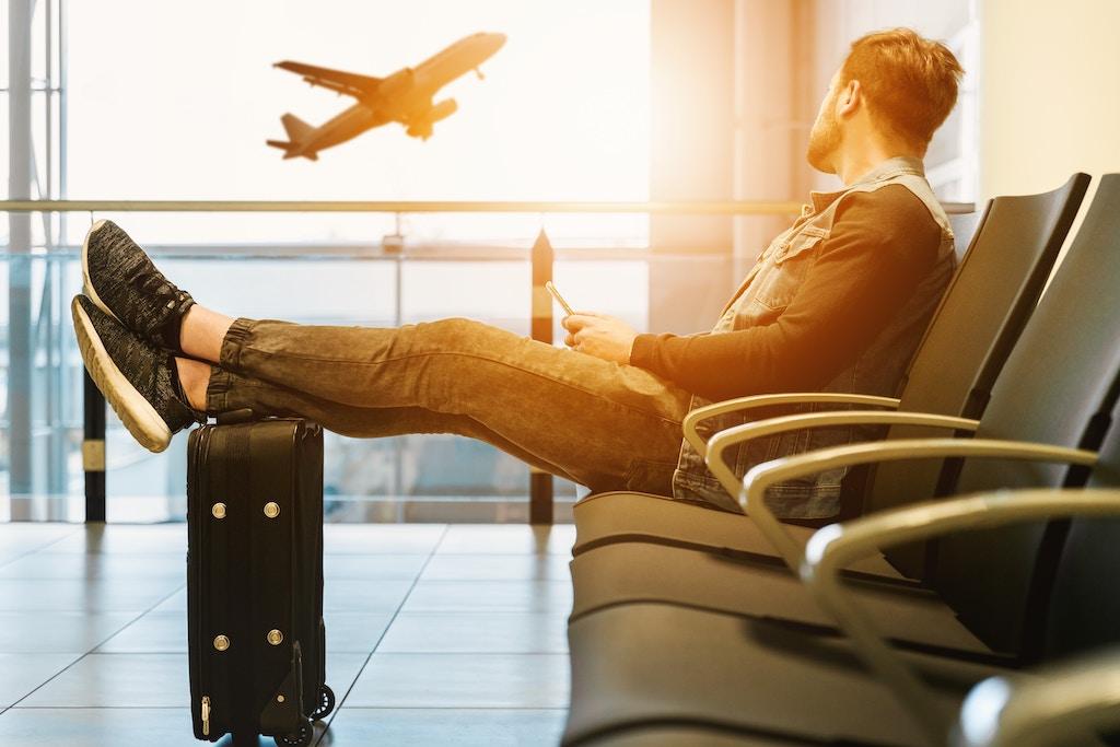 Pierwsza podróż samolotem – co robić na lotnisku krok po kroku